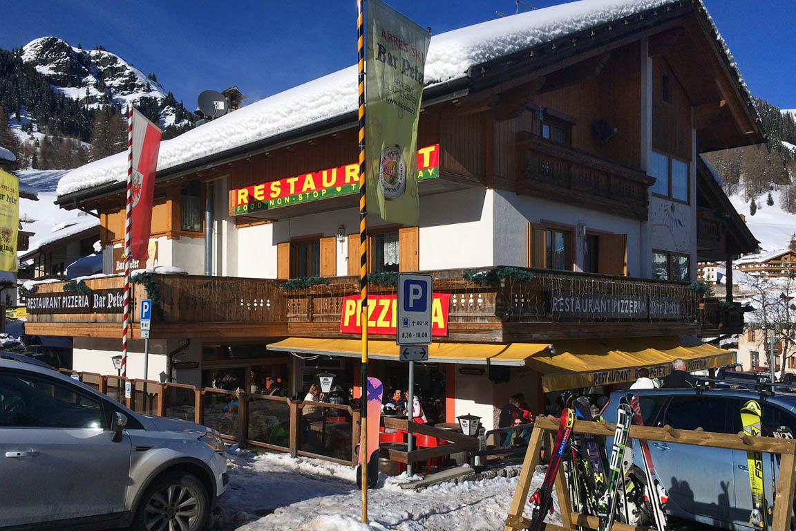 Restaurant mit Sonnenterrasse in Arabba Sellaronda im Winter
